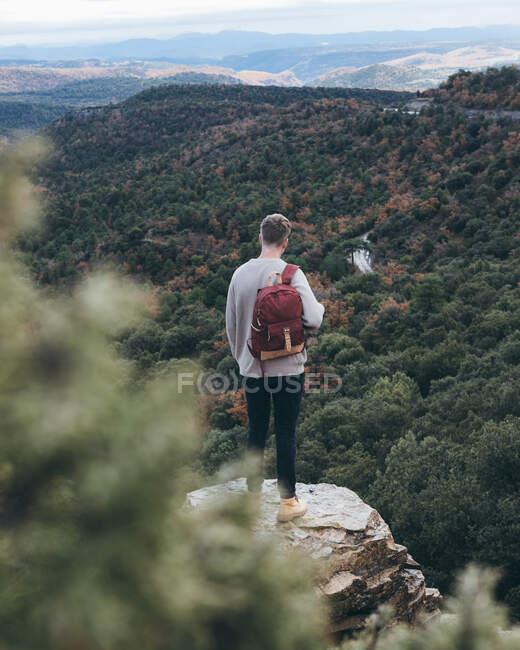 Traveler standing on rock and enjoying landscape — Stock Photo