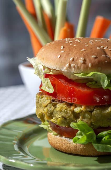 Hambúrguer de lentilha verde vegan saudável caseiro com tomate, alface e batatas fritas — Fotografia de Stock