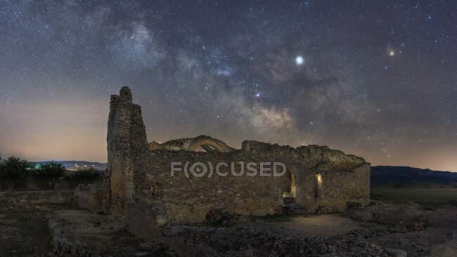 Залишки стародавнього замку під Чумацьким Шляхом у зоряну ніч. — стокове фото
