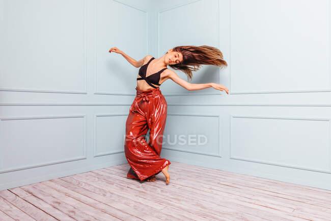 Stylish dancer dancing in corner of studio — Photo de stock