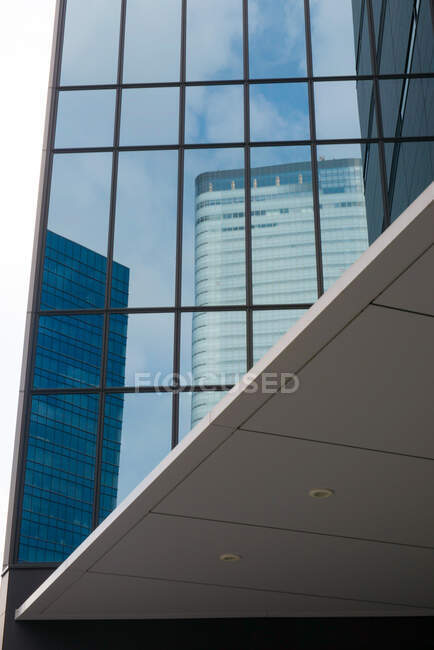 Modern skyscraper against blue cloudy sky — Stock Photo