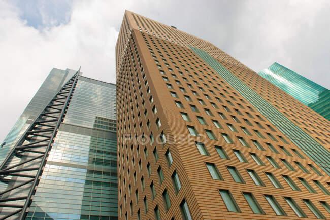 Edifici moderni contro il cielo nuvoloso — Foto stock