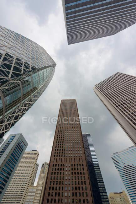 Edificios modernos contra el cielo nublado - foto de stock