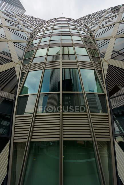 Современная стеклянная башня под облаком — стоковое фото