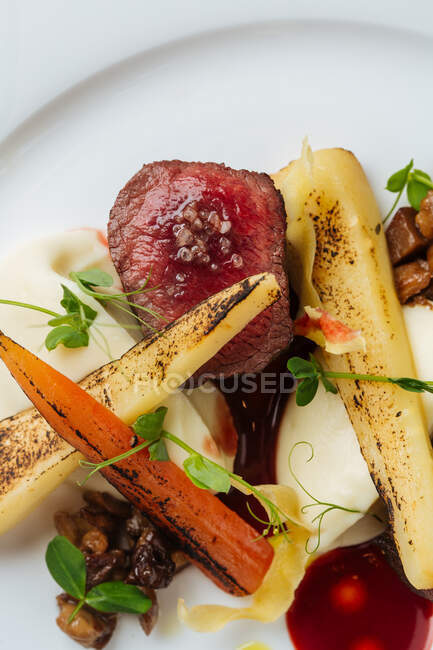 Filete apetitoso con verduras a la parrilla - foto de stock