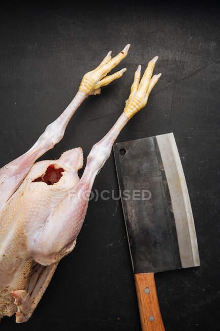 Cisaille et poulet cru sur planche à découper — Photo de stock