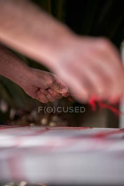 Artigiano maschile che lavora con fili in officina — Foto stock