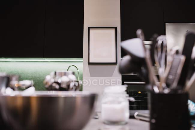 Marco vacío simple colgado en la pared en la cocina de un restaurante moderno en Navarra, España - foto de stock