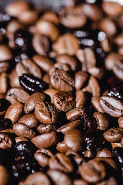 Обгородження текстурованого фону зі змішаним чорно-коричневим свіжим ароматичним смаком кавових зерен. — стокове фото