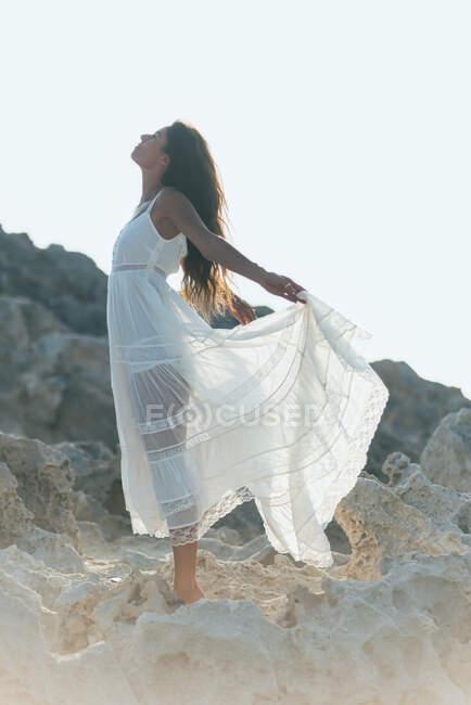 Женщина, стоящая у спокойного пруда — стоковое фото