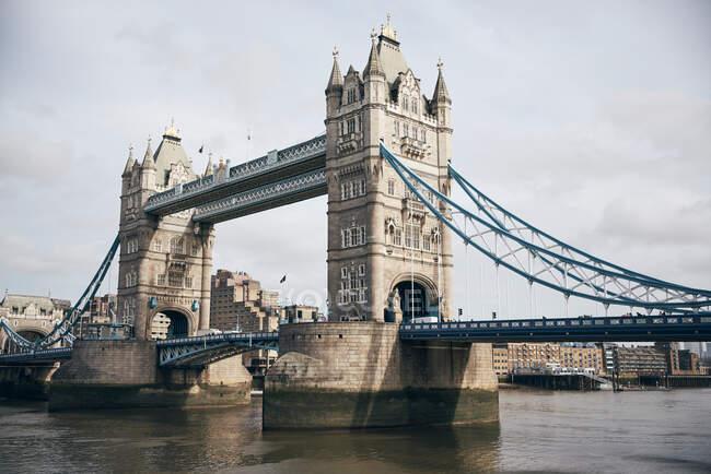 Pont de la Tour à Londres avec ciel nuageux — Photo de stock