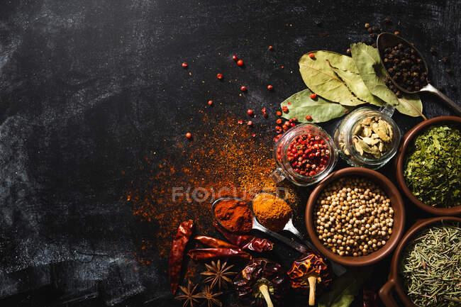 Композиція верхнього виду з різними видами природних ароматичних спецій, розміщених на поверхні аркуша — стокове фото
