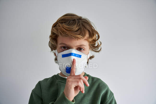 Blond boy, about 8 years old, wearing a respirator to co-infect himself with a virus — Stock Photo