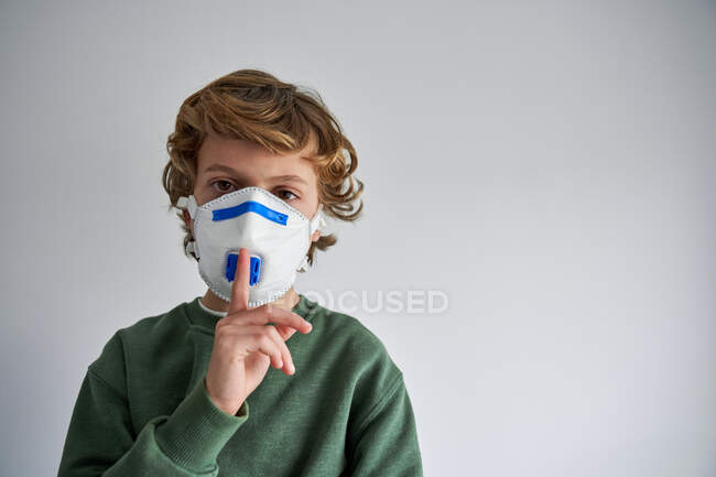 Garçon blond, environ 8 ans, portant un respirateur pour se co-infecter avec un virus — Photo de stock