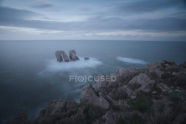 Magnificent scenery of rocky coast and troubled ocean foam waves — Stock Photo