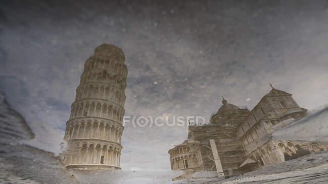 Дивовижне відображення відомої Пізанської вежі в калюжі. — стокове фото