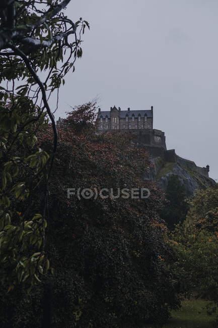 Dal basso di antico castello in pietra situato sulla collina rocciosa contro cielo coperto in autunno giorno in Scozia — Foto stock