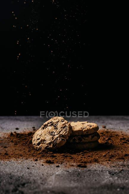 Sabrosas galletas de chocolate sobre mesa de madera - foto de stock