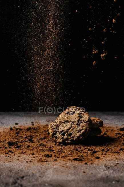 Biscotto sul tavolo con cacao in polvere cosparso — Foto stock
