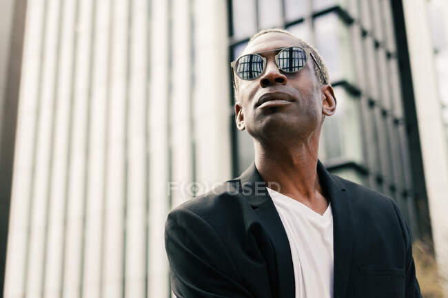 Elegante uomo d'affari nero sulla strada — Foto stock