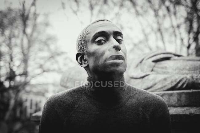 Black man smoking on street — Stock Photo