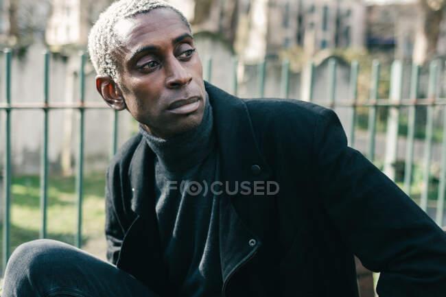 Trendy uomo afroamericano nel parco — Foto stock