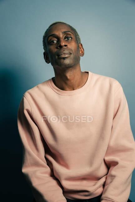Hombre negro en sudadera con estilo - foto de stock