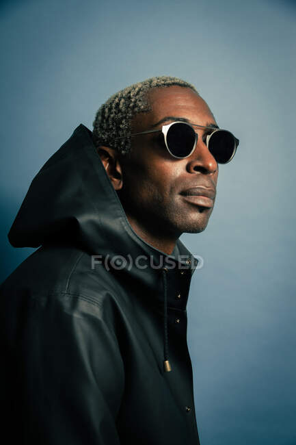 African american man in hooded coat and sunglasses — Stock Photo