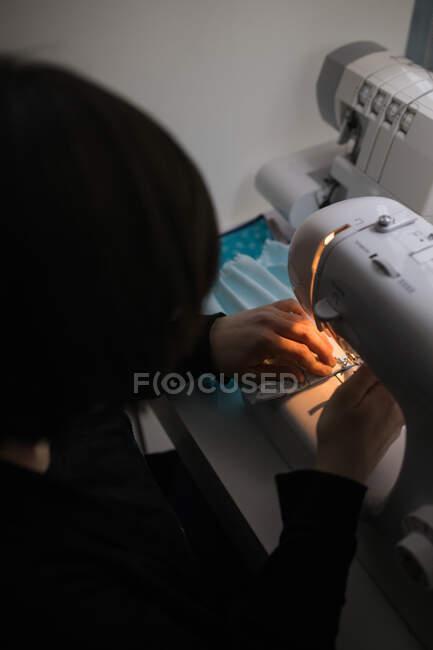 Frau fertigt Gesichtsmasken für Coronavirus-Pandemie — Stockfoto