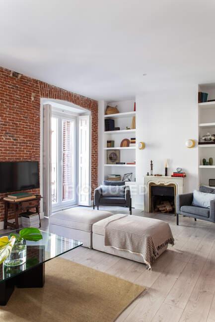 Уютная гостиная с креслами и кирпичной стеной — стоковое фото