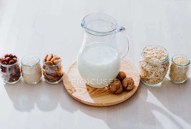 Zutaten für die Zubereitung veganer Milch auf dem Tisch — Stockfoto