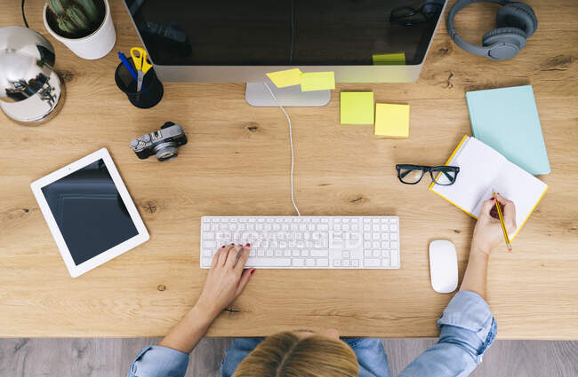 Блондинка-кавказка работает в своем офисе — стоковое фото