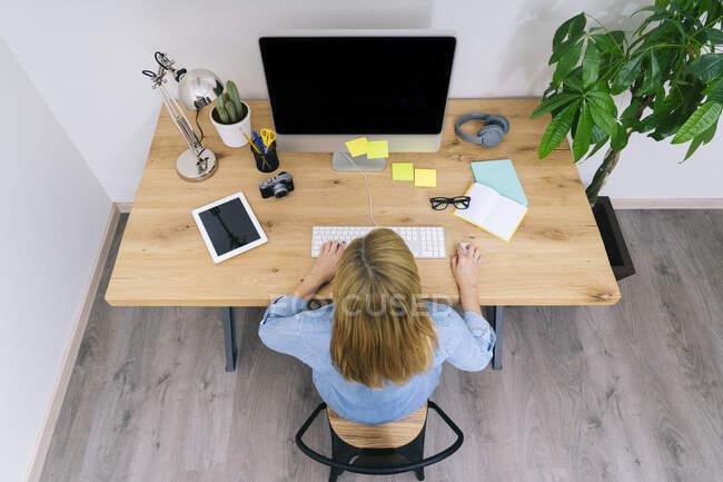 Bionda donna caucasica lavora dal suo ufficio a casa — Foto stock