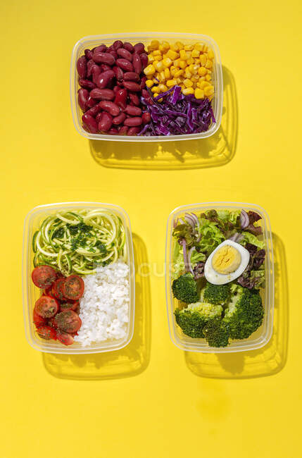 Домашняя веганская еда в коробках для обеда со здоровым овощем, свежим сверху. Концепция веганской еды. Здоровое питание. Плоский лежал. Вид сверху — стоковое фото