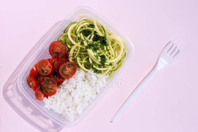 Comida vegana casera en loncheras con vegetales sanos frescos de arriba. Concepto de comida vegana. Comida saludable. Acostado. Vista superior - foto de stock