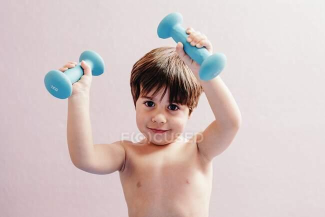 Веселий маленький хлопчик з тупиками. — стокове фото