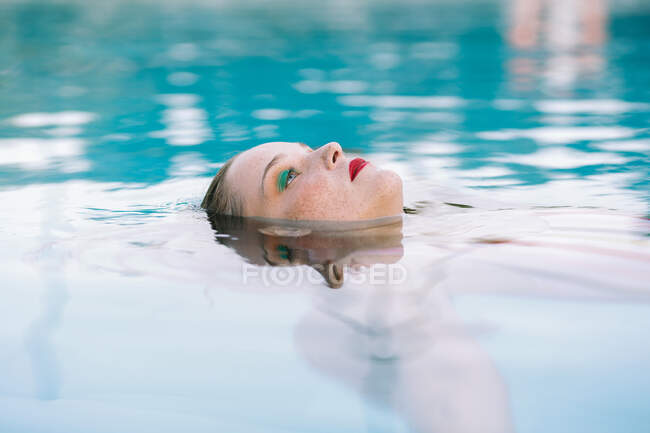 Teen Girl Having Fun In The Swimming Pool — Stock Photo