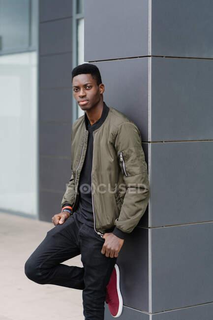 Расслабленный африканский американец на современной городской улице — стоковое фото