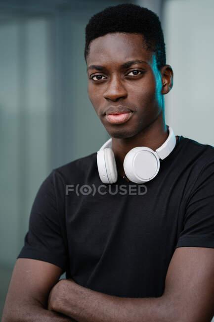 Black man with headphones on street — Stock Photo