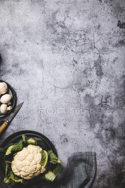 Frischer Blumenkohl auf dem Tisch — Stockfoto