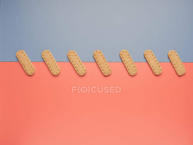 Чисте печиво на сірих та коралових паперових листах. — стокове фото