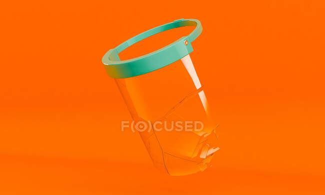 Máscara transparente protetora quebrando para pandemia de Coronavirus em fundo laranja — Fotografia de Stock