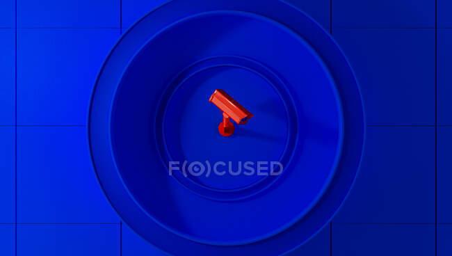 Telecamera di sorveglianza rossa su sfondo blu che controlla la gente per strada. Telecamera per cercare i trasgressori di quarantena causati da Coronavirus — Foto stock