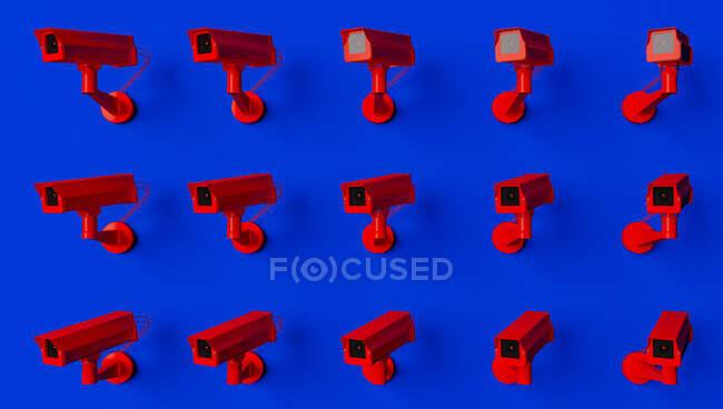 Caméra de surveillance rouge sur fond bleu surveillant les gens dans la rue. Caméra pour rechercher les délinquants en quarantaine causés par le coronavirus — Photo de stock