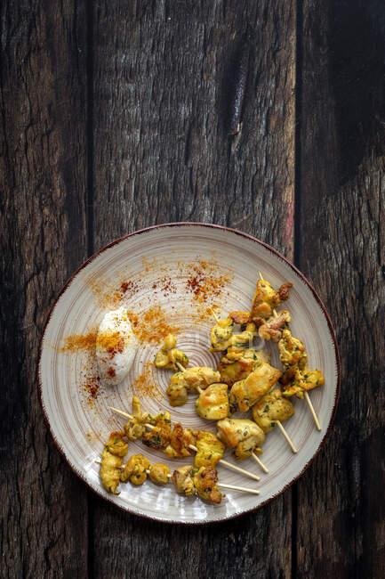 Spiedini mori fatti in casa con riso di carne con spezie. Cibo tipico orientale dall'alto su fondo di legno. Posate piatte. Vista dall'alto — Foto stock