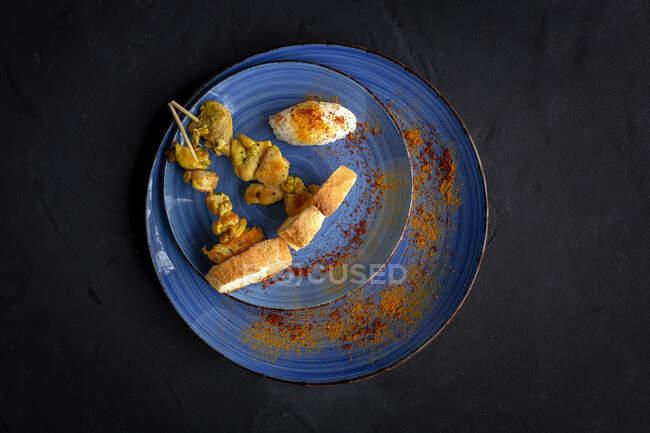 Spiedini mori fatti in casa con riso di carne con spezie. Tipico cibo orientale dall'alto su sfondo scuro. Posate piatte. Vista dall'alto — Foto stock