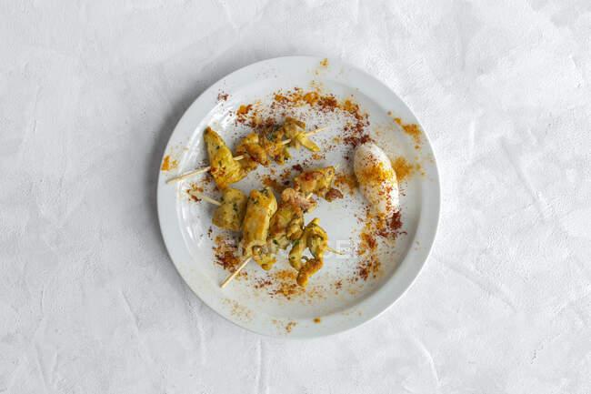 Spiedini mori fatti in casa con riso di carne con spezie. Cibo tipico orientale dall'alto su sfondo bianco. Posate piatte. Vista dall'alto — Foto stock