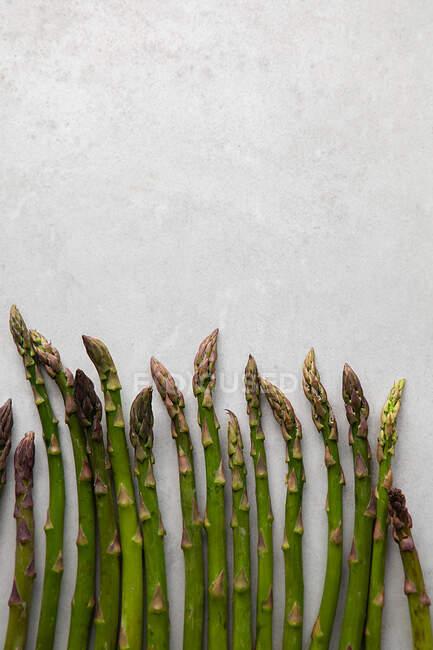 Pose plate d'asperges fraîches sur une table en marbre blanc — Photo de stock