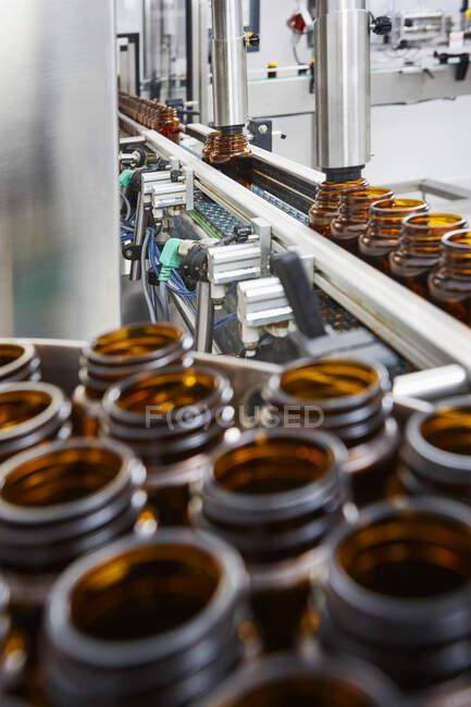 Цепь упаковки и производства тарелок и флаконов из тарелок и таблеток промышленным способом для медицинского сектора и сектора здравоохранения — стоковое фото