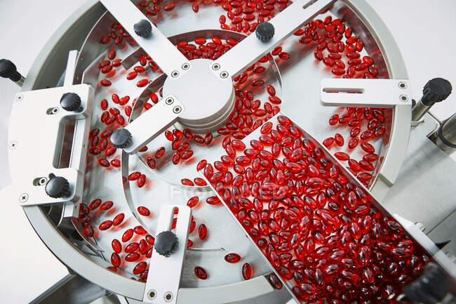 Processo e embalagem de comprimidos e comprimidos industriais para o setor médico e de saúde — Fotografia de Stock